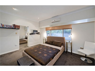 PERFECT FOR A COUPLE: Master Bedroom, Luxury Share house St Lucia